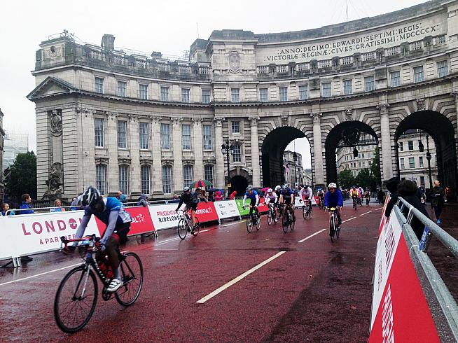Cyclists round the final bend onto the Mall.