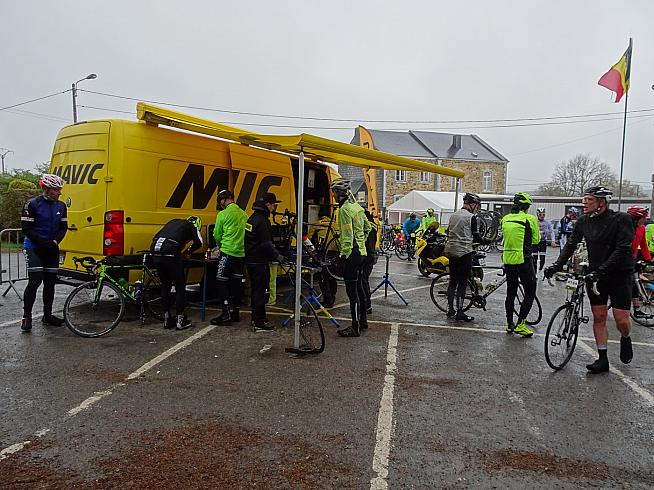 Mavic support at a feed stop.