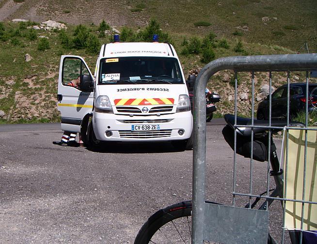 Vous rentrez à l'arrière d'une ambulance.