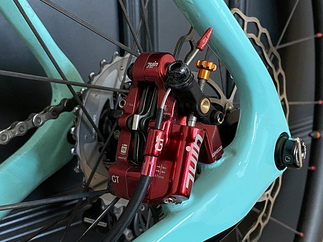 Four pistons provide excellent stopping power and modulation for road or gravel bikes.