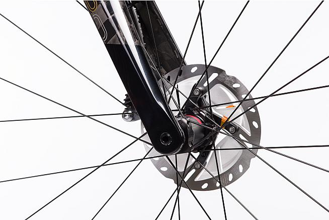 Hydraulic disc braking provides confidence and controlled speed on even wet descents.