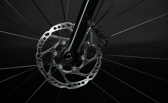 Disc brakes and thru axles conform to the latest standards.