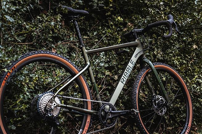 The Gravel AL blends low weight with robust performance at a budget-friendly price.