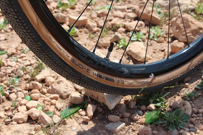 Tubeless ready alloy rims stand up to gravel and even light MTB riding.