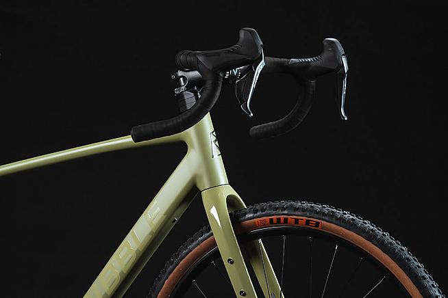 The Gravel AL e hides a discreet motor for a power boost on your adventures.